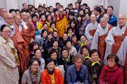 Его Святейшество Далай-лама фотографируется с группой корейских буддистов. Коясан, Япония. 13 апреля 2014 г. Фото: Тибетский офис в Японии
