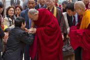 Его Святейшество Далай-лама здоровается со своими почитателями. Коясан, Япония. 13 апреля 2014 г. Фото: Тибетский офис в Японии