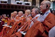 Монахи из Кореи слушают учения Его Святейшества Далай-ламы. Коясан, Япония. 13 апреля 2014 г. Фото: Тибетский офис в Японии