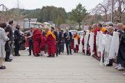 Его Святейшество Далай-ламу встречают в Коясане. 13 апреля 2014 г. Фото: Тибетский офис в Японии