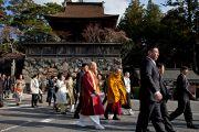 Его Святейшество Далай-лама идет к месту проведения учений. Коясан, Япония. 14 апреля 2014 г. Фото: Тибетский офис в Японии