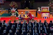 Его Святейшество Далай-лама и досточтимый Юкеи Мацунага во время лекции в университете Коясана. Коясан, Япония. 15 апреля 2014 г. Фото: Тибетский офис в Японии