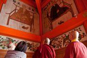 Его Святейшество Далай-лама рассматривает рисунки на стенах храма Даито. Коясан, Япония. 15 апреля 2014 г. Фото: Тибетский офис в Японии