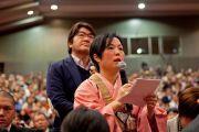 Слушатели задают вопросы Его Святейшеству Далай-ламе после его лекции в университете Коясана. Коясан, Япония. 15 апреля 2014 г. Фото: Тибетский офис в Японии