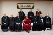 Его Святейшество Далай-лама фотографируется с монахами школы дзен-буддизма Сото. Токио, Япония. 16 апреля 2014 г. Фото: Тибетский офис в Японии