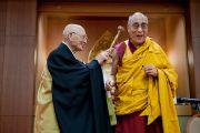 Абэ Екаи демонстрирует Его Святейшеству Далай-ламе приспособление для массажа спины, сделанное заключенными, которых посещают последователи школы Сото. Токио, Япония. 16 апреля 2014 г. Фото: Тибетский офис в Японии