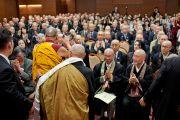 Его Святейшество Далай-лама прощается с участниками встречи, последователями школы дзен-буддизм Сото. Токио, Япония. 16 апреля 2014 г. Фото: Тибетский офис в Японии