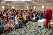 Его Святейшество Далай-лама беседует с тибетцами, живущими в Японии. Токио, Япония. 18 апреля 2014 г. Фото: Тибетский офис в Японии