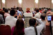 Его Святейшество Далай-лама на встрече с группой китайцев в заключительный день своего визита в Японию. Токио, Япония. 18 апреля 2014 г. Фото: Тибетский офис в Японии
