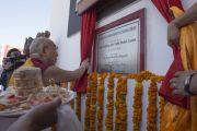 Его Святейшество Далай-лама открывает мемориальную табличку во время торжественной церемонии освящения монастыря Забсанг Чойкорлинг. Чаунтра, штат Химачал-Прадеш, Индия. 28 апреля 2014 г. Фото: Тензин Чойджор (офис ЕСДЛ)