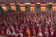 Тибетские монахи и местные жители слушают Его Святейшество Далай-ламу во время торжественной церемонии открытия монастыря Забсанг Чойкорлинг. Чаунтра, штат Химачал-Прадеш, Индия. 28 апреля 2014 г. Фото: Тензин Чойджор (офис ЕСДЛ)