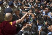 Покидая монастырь Забсанг Чойкорлинг, Его Святейшество Далай-лама приветствуют молодых тибетцев. Чаунтра, штат Химачал-Прадеш, Индия. 28 апреля 2014 г. Фото: Тензин Чойджор (офис ЕСДЛ)