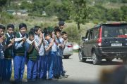 Тибетские школьники выстроились вдоль дороги, чтобы поприветствовать Его Святейшество Далай-ламу во время его отъезда из института Дзонгсар. Чаунтра, штат Химачал-Прадеш, Индия. 28 апреля 2014 г. Фото: Тензин Чойджор (офис ЕСДЛ)