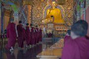 Монахи разносят чай во время визита Его Святейшества Далай-ламы в институт Дзонгсар. Чаунтра, штат Химачал-Прадеш, Индия. 28 апреля 2014 г. Фото: Тензин Чойджор (офис ЕСДЛ)