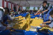 """Ученики школ """"Тибетская детская деревня"""" из Чаунтры и Суджи готовят еду, которую будут раздавать во время посещения Его Святейшеством Далай-ламой монастыря Забсанг Чойкорлинг. Чаунтра, штат Химачал-Прадеш, Индия. 28 апреля 2014 г. Фото: Тензин Чойджор (офис ЕСДЛ)"""
