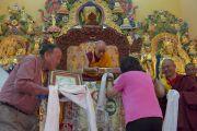 Покровители монастыря совершают подношения во время молебна о долголетии Его Святейшества Далай-ламы в монастыре Забсанг Чойкорлинг. Чаунтра, штат Химачал-Прадеш, Индия. 28 апреля 2014 г. Фото: Тензин Чойджор (офис ЕСДЛ)