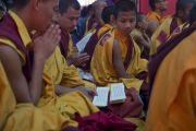 Монахи читают молитвы во время молебна о долголетии Его Святейшества Далай-ламы в монастыре Забсанг Чойкорлинг. Чаунтра, штат Химачал-Прадеш, Индия. 28 апреля 2014 г. Фото: Тензин Чойджор (офис ЕСДЛ)