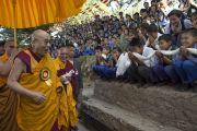 """Ученики школ """"Тибетская детская деревня"""" из Чаунтры и Суджи встречают Его Святейшество Далай-ламу в монастыре Забсанг Чойкорлинг. Чаунтра, штат Химачал-Прадеш, Индия. 28 апреля 2014 г. Фото: Тензин Чойджор (офис ЕСДЛ)"""