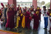 Его Святейшество Далай-ламу встречают в институте Дзонгсар. Чаунтра, штат Химачал-Прадеш, Индия. 28 апреля 2014 г. Фото: Тензин Чойджор (офис ЕСДЛ)