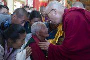 Его Святейшество Далай-лама благословляет пожилого тибетца в монастыре Дрикунг Буманг Джампалинг. Чаунтра, штат Химачал-Прадеш, Индия. 28 апреля 2014 г. Фото: Тензин Чойджор (офис ЕСДЛ)