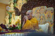Его Святейшество Далай-лама обращается к собравшимся во время торжественного открытия монастыря Забсанг Чойкорлинг. Чаунтра, штат Химачал-Прадеш, Индия. 28 апреля 2014 г. Фото: Тензин Чойджор (офис ЕСДЛ)