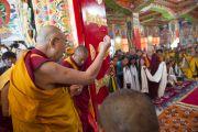 Его Святейшество Далай-лама читает ритуальные молитвы перед входом в главный зал монастыря Забсанг Чойкорлинг. Чаунтра, штат Химачал-Прадеш, Индия. 28 апреля 2014 г. Фото: Тензин Чойджор (офис ЕСДЛ)