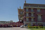 Монахи провожают Его Святейшество Далай-ламу во время его отъезда из института Дзонгсар. Чаунтра, штат Химачал-Прадеш, Индия. 28 апреля 2014 г. Фото: Тензин Чойджор (офис ЕСДЛ)