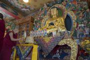 Его Святейшество Далай-лама зажигает масляный светильник в монастыре Дрикунг Буманг Джампалинг. Чаунтра, штат Химачал-Прадеш, Индия. 28 апреля 2014 г. Фото: Тензин Чойджор (офис ЕСДЛ)