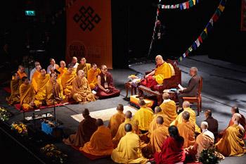В Осло Далай-лама даровал учения по буддизму и прочитал лекцию «Наша ответственность за завтрашний день»
