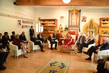 В первый день пребывания во Франкфурте Далай-лама посетил Тибетский дом