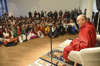Далай-лама встретился с тибетцами и побеседовал о светской этике с представителями старшего и юного поколений