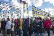 """У входа в Международный выставочный центр """"Кипсала"""" перед начало первого дня учений Его Святейшества Далай-ламы для стран Балтии и России. Рига, Латвия. 5 мая 2014 г. Фото: Тензин Чойджор (офис ЕСДЛ)"""