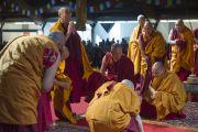 Его Святейшество Далай-лама совершает простирания перед началом учений в Риге. 5 мая 2014 г. Фото: Тензин Чойджор (офис ЕСДЛ)