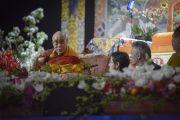 Его Святейшество Далай-лама отвечает на вопросы из зала во время учений для стран Балтии и России. Рига, Латвия. 5 мая 2014 г. Фото: Тензин Чойджор (офис ЕСДЛ)