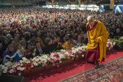 В ответ на просьбу о групповой фотографии Его Святейшество Далай-лама в шутку позирует на фоне аудитории в начале заключительной сессии учений в Риге. 6 мая 2014 г. Фото: Тензин Чойджор (офис ЕСДЛ)
