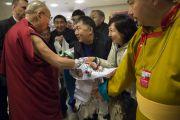 Его Святейшество Далай-лама здоровается со своими поклонниками перед началом встречи с прессой. Рига, Латвия. 6 мая 2014 г. Фото: Тензин Чойджор (офис ЕСДЛ)