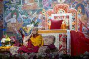 Его Святейшество Далай-лама показывает участникам учений технику медитации с сосредоточением на дыхании. Рига, Латвия. 6 мая 2014 г. Фото: Тензин Чойджор (офис ЕСДЛ)