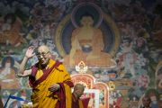 Его Святейшество Далай-лама прощается с аудиторией по завершению учений. Рига, Латвия. 6 мая 2014 г. Фото: Тензин Чойджор (офис ЕСДЛ)