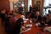 Его Святейшество Далай-лама беседует с журналистами в Нобелевском институте. Осло, Норвегия. 7 мая 2014 г. Фото: Дежерми Рассел (офис ЕСДЛ)