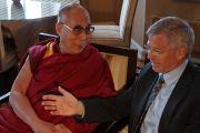 Его Святейшество Далай-лама беседует с бывшим премьер-министром Норвегии Кьелле Магне Бондевиком. Осло, Норвегия. 7 мая 2014 г. Фото: Дежерми Рассел (офис ЕСДЛ)