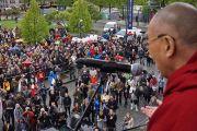 Его Святейшество Далай-лама обращается к людям, собравшимся у его гостиницы. Осло, Норвегия. 7 мая 2014 г. Фото: Дежерми Рассел (офис ЕСДЛ)