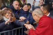 Его Святейшество Далай-лама здоровается со своими поклонниками. Осло, Норвегия. 7 мая 2014 г. Фото: Дежерми Рассел (офис ЕСДЛ)
