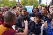 Его Святейшество Далай-лама общается с людьми после встреч в Нобелевском институте. Осло, Норвегия. 7 мая 2014 г. Фото: Дежерми Рассел (офис ЕСДЛ)