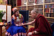 Его Святейшество Далай-лама на встрече с членом саамского парламента. Осло, Норвегия. 8 мая 2014 г. Фото: Оливер Адам