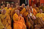 """Его Святейшество Далай-лама с тайскими и вьетнамскими монахами перед началом учения в театре """"Шатонеф"""". Осло, Норвегия. 8 мая 2014 г. Фото: Джереми Рассел (офис ЕСДЛ)"""