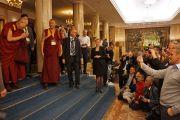 """Его Святейшество Далай-лама приветствует своих последователей в гостинице перед отъездом на учения в театр """"Шатонеф"""". Осло, Норвегия. 8 мая 2014 г. Фото: Джереми Рассел (офис ЕСДЛ)"""