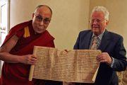 Норвежский коллекционер Мартин Шоен показывает Его Святейшеству Далай-ламе редкий экземпляр тибетского буддийского текста. Осло, Норвегия. 8 мая 2014 г. Фото: Оливер Адам
