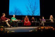 Его Святейшество Далай-лама на встрече со студентами университета Осло. Осло, Норвегия. 8 мая 2014 г. Фото: Оливер Адам