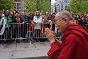 Его Святейшество Далай-лама приветствует своих почитателей. Осло, Норвегия. 9 мая 2014 г. Фото: Джереми Рассел (офис ЕСДЛ)
