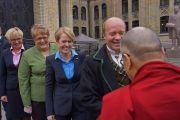 Члены парламентской группы по вопросам Тибета встречают Его Святейшество Далай-ламу на ступенях парламента в Осло. Осло, Норвегия. 9 мая 2014 г. Фото: Джереми Рассел (офис ЕСДЛ)